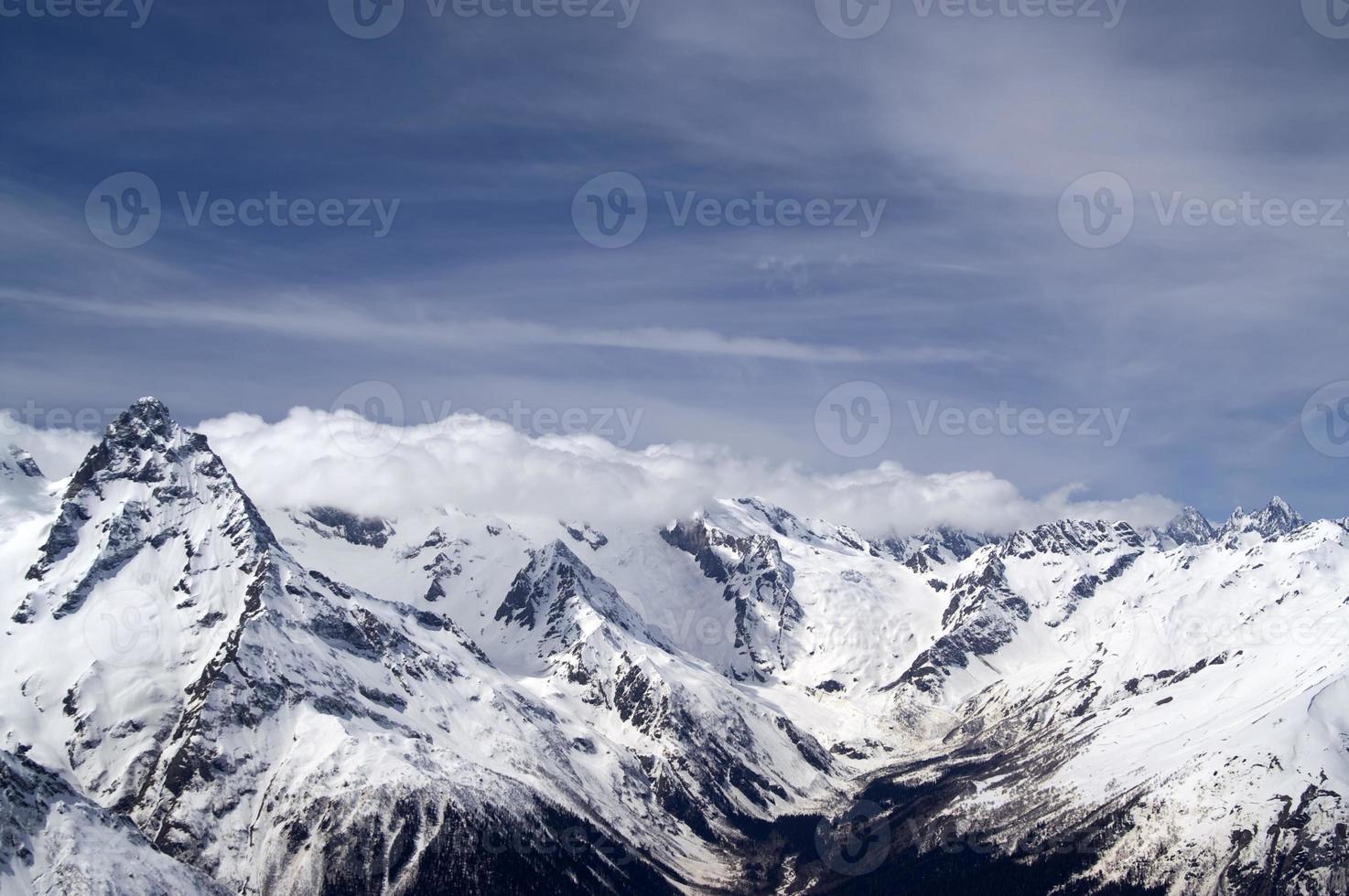 montanhas de inverno. montanhas do Cáucaso. foto