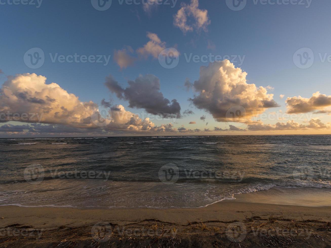 nascer do sol na praia de newcastle bay, nevis foto