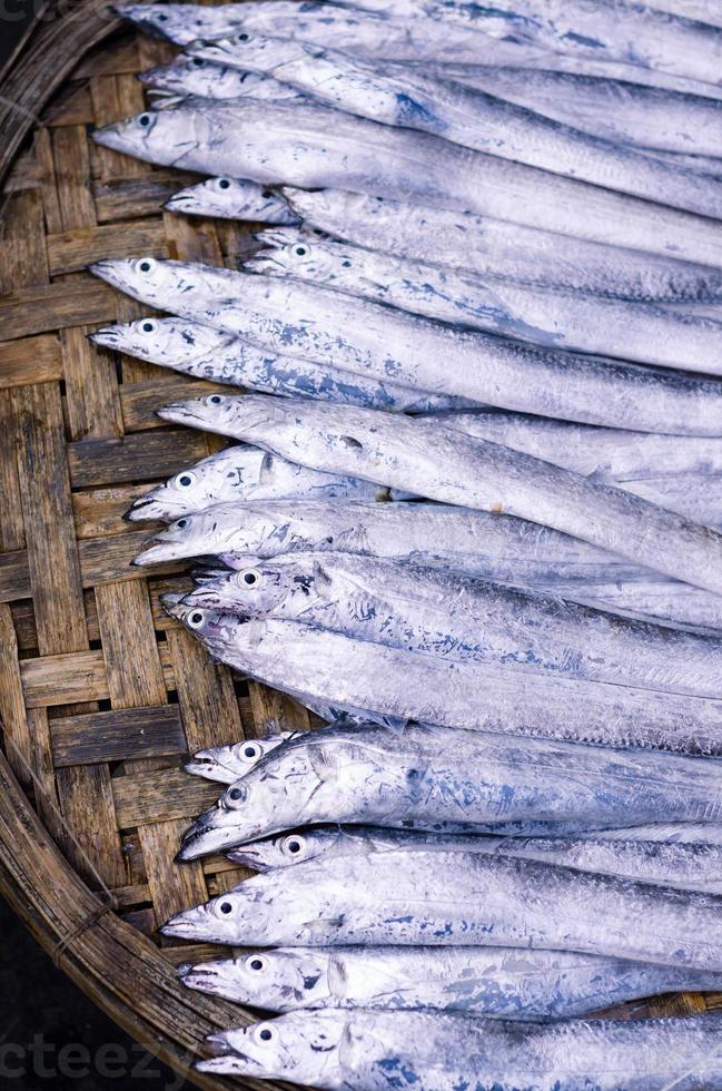 peixe fresco no mercado asiático foto