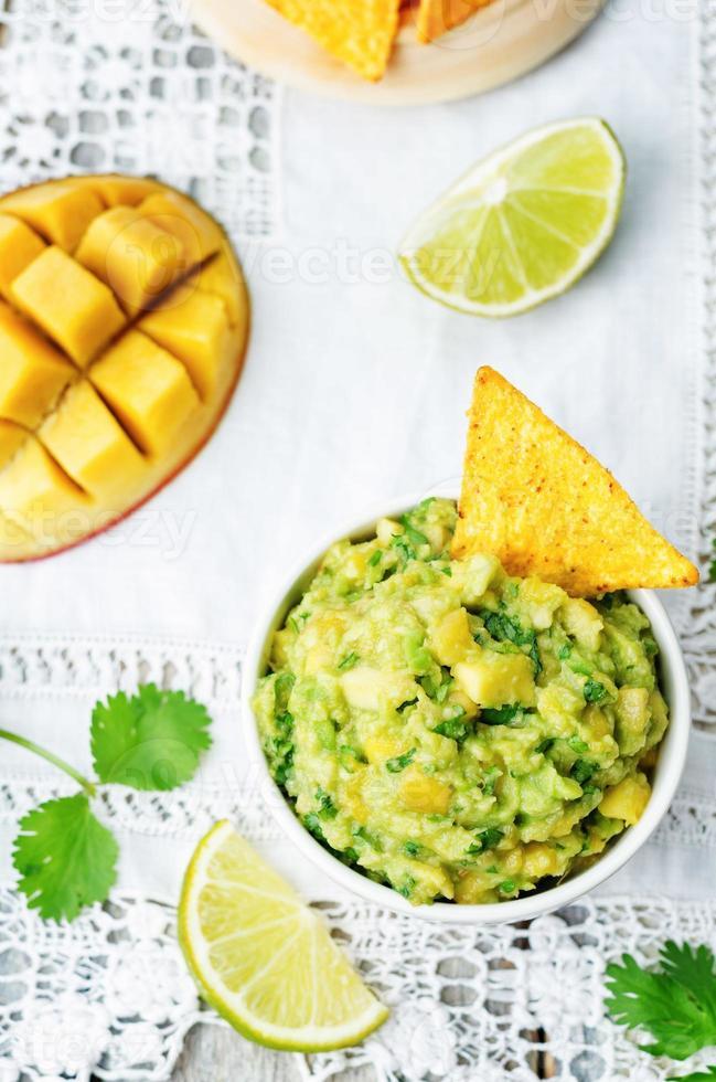 guacamole de manga com salgadinhos de milho foto
