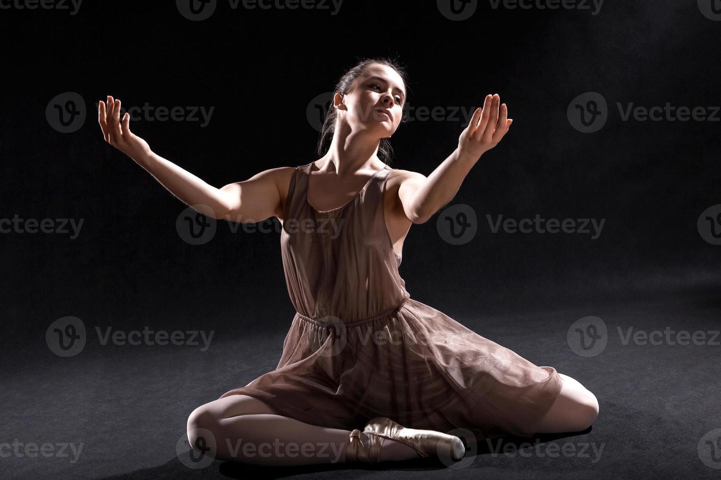 dançarina atuando em um palco. foto
