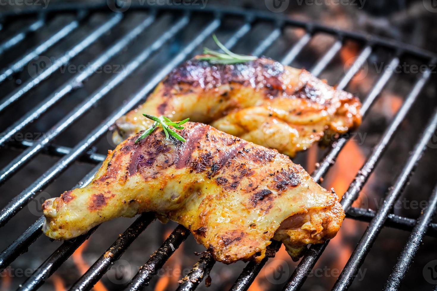 pernas de frango assado na grelha com fogo foto