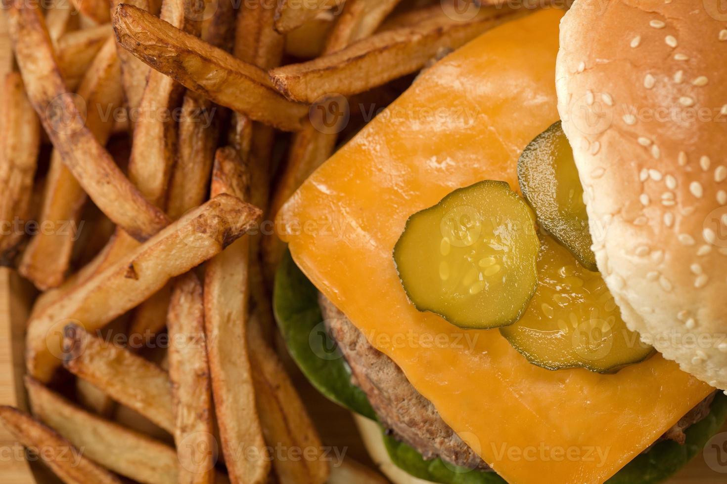 hambúrguer com batatas fritas foto