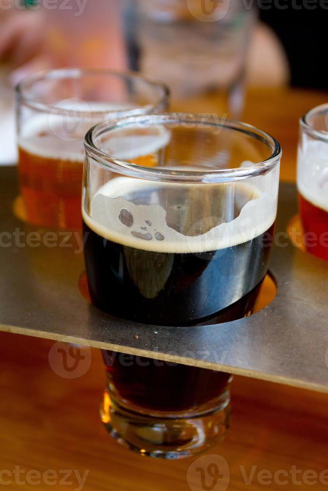 amostradores de cerveja na cervejaria foto
