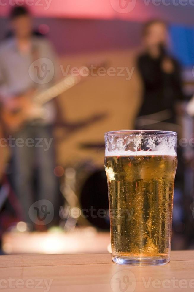 copo de cerveja em um bar foto