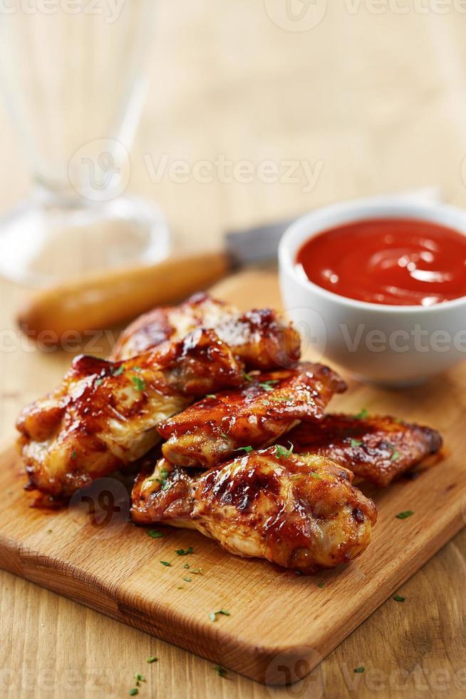 asas de frango com molho sriracha foto