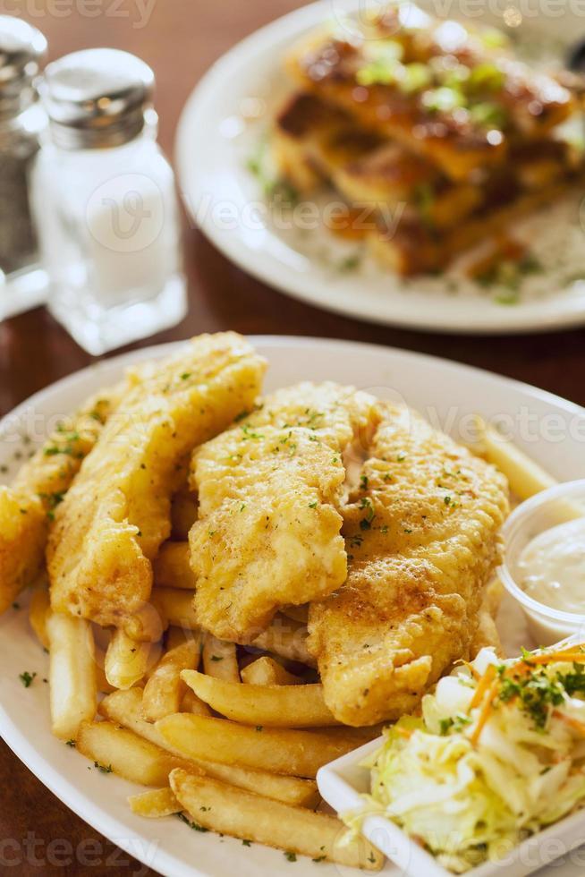 peixe e batatas fritas com torradas de camarão foto