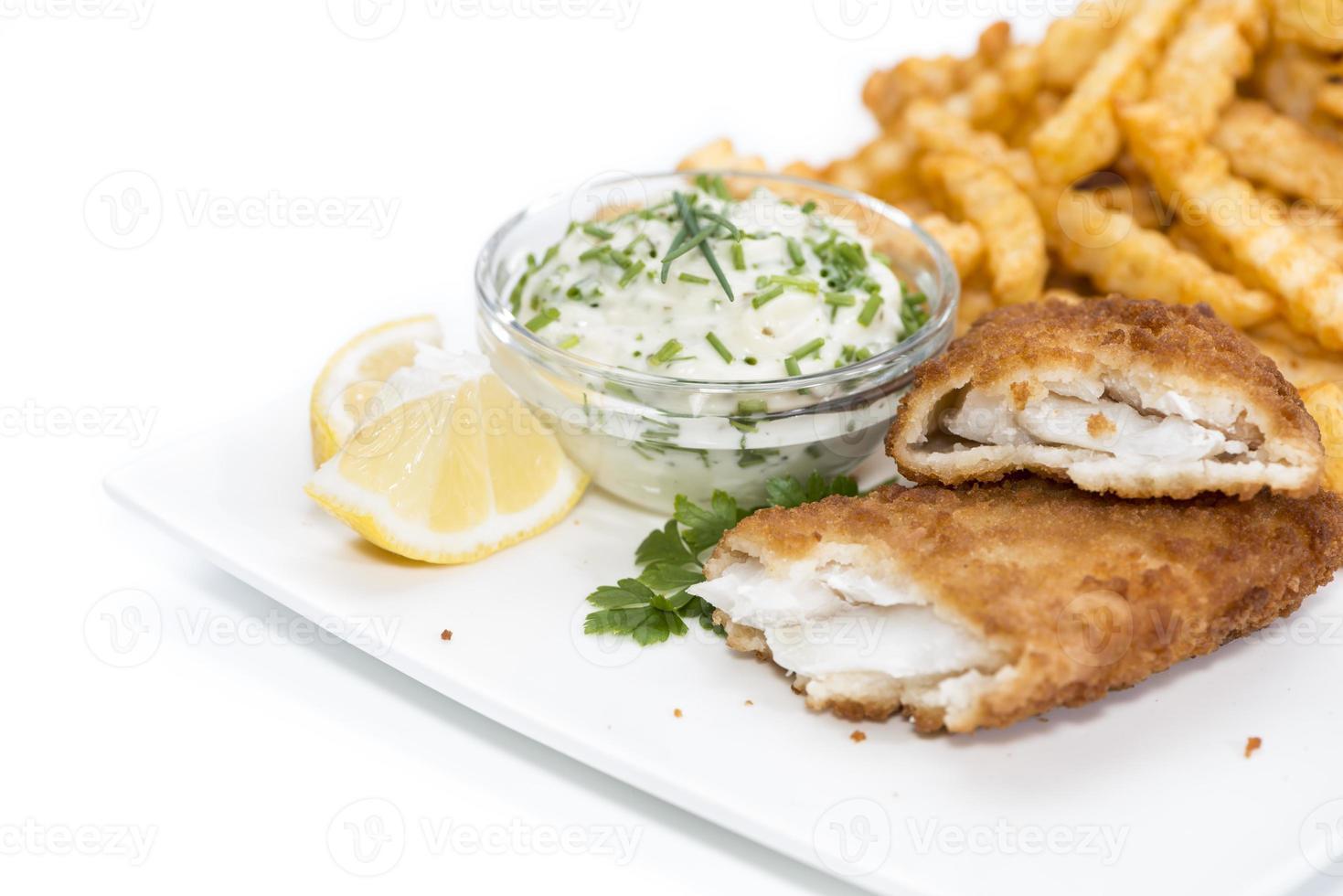 filé de salmão com batatas fritas em branco foto