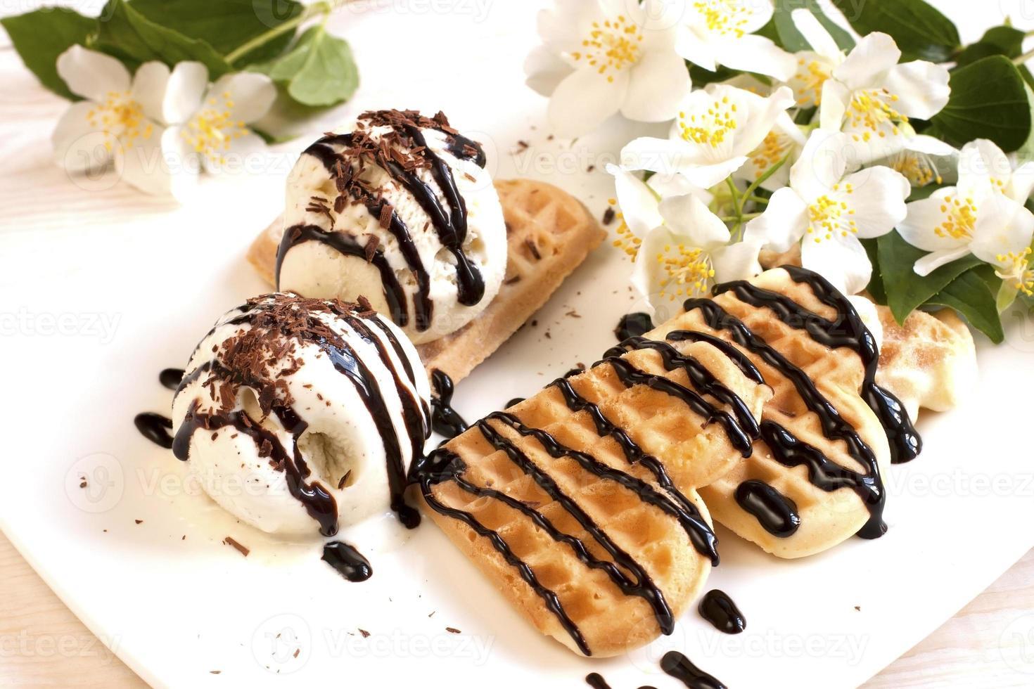waffles recém-assados com sorvete foto