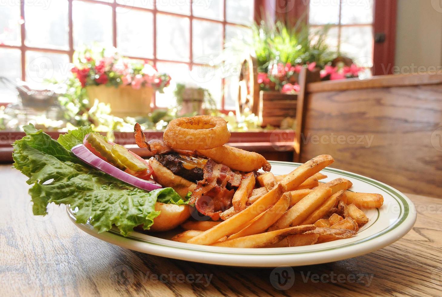 hambúrguer de bacon com queijo cheddar de anel de cebola foto