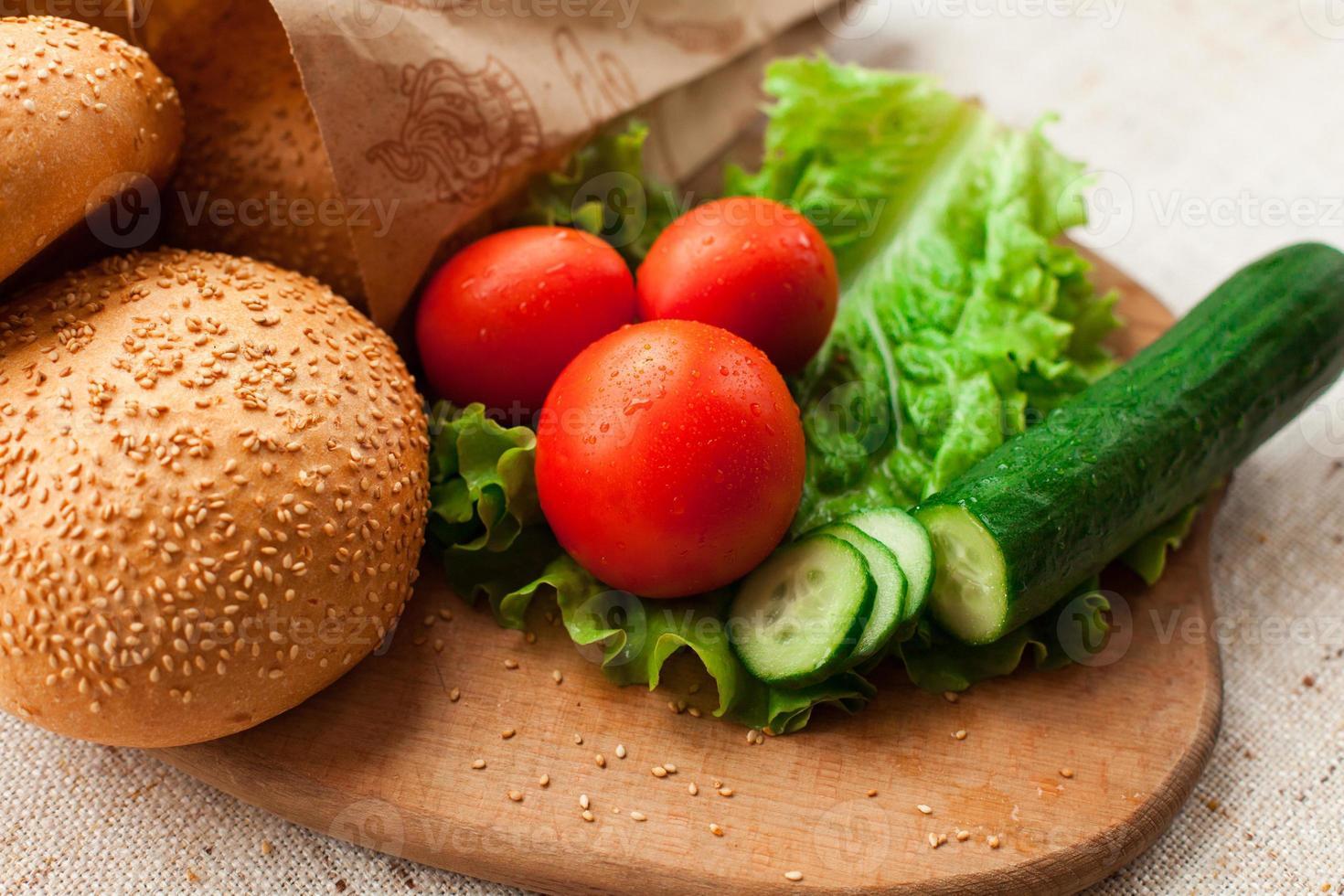 ingredientes de hambúrguer na mesa foto