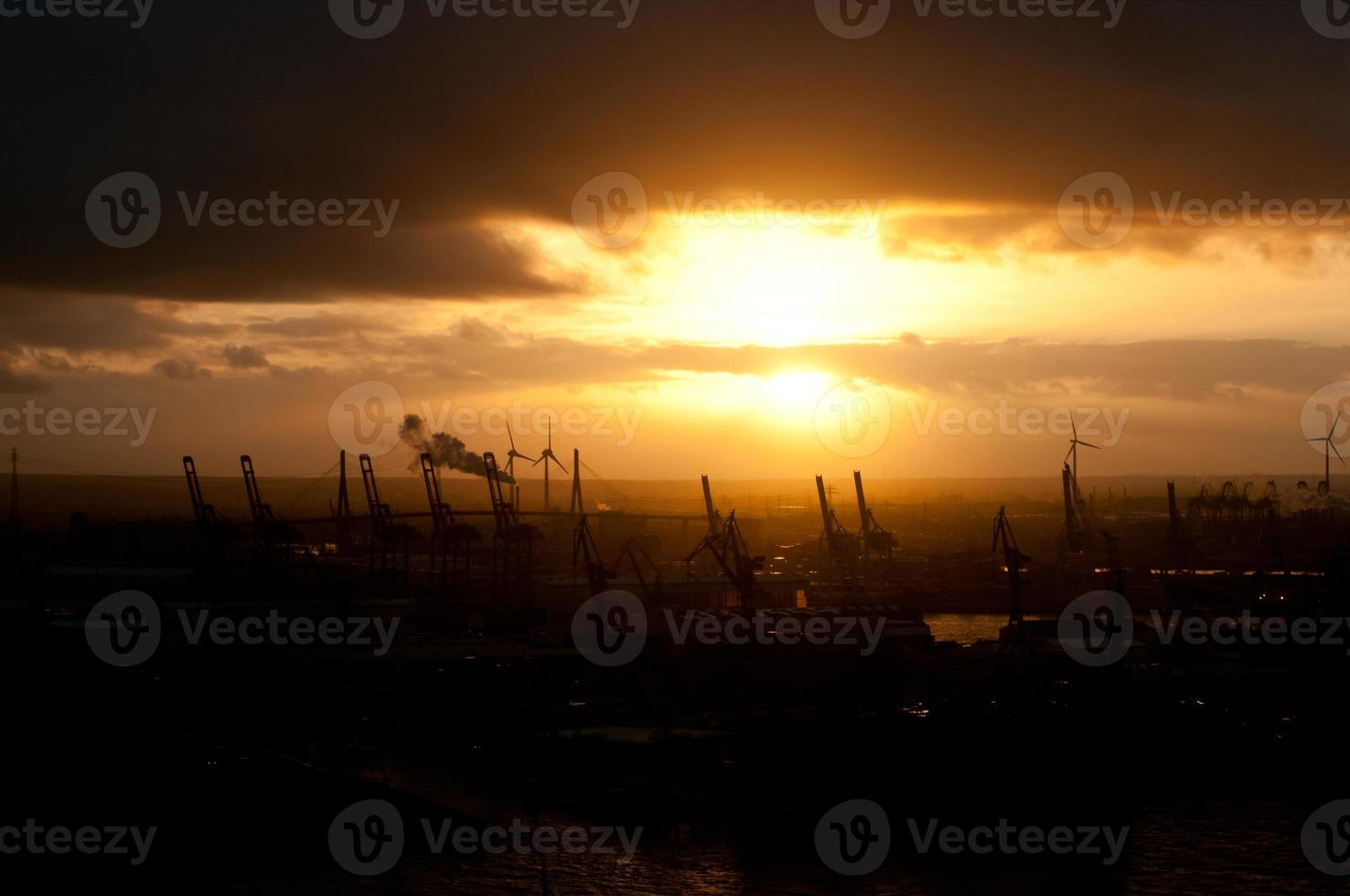 pôr do sol industrial foto