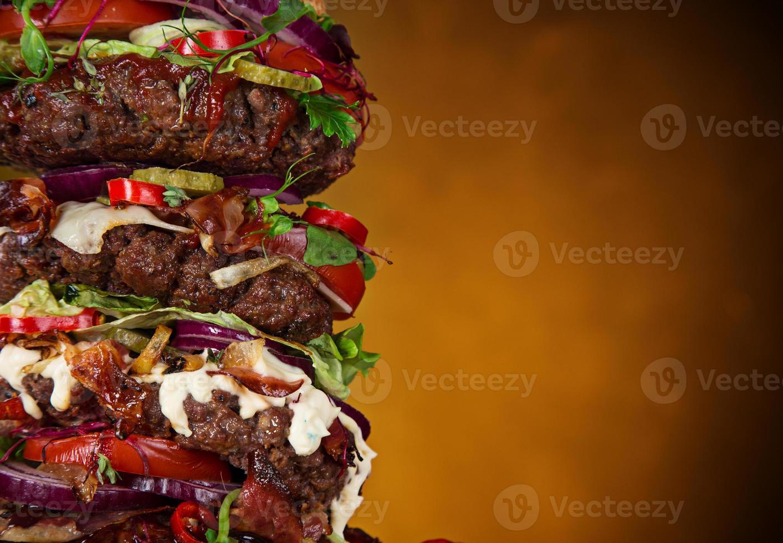 delicioso hambúrguer grande na madeira foto
