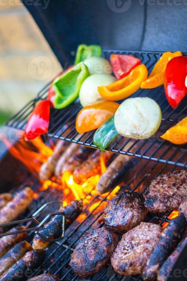 churrasco com carne e legumes foto