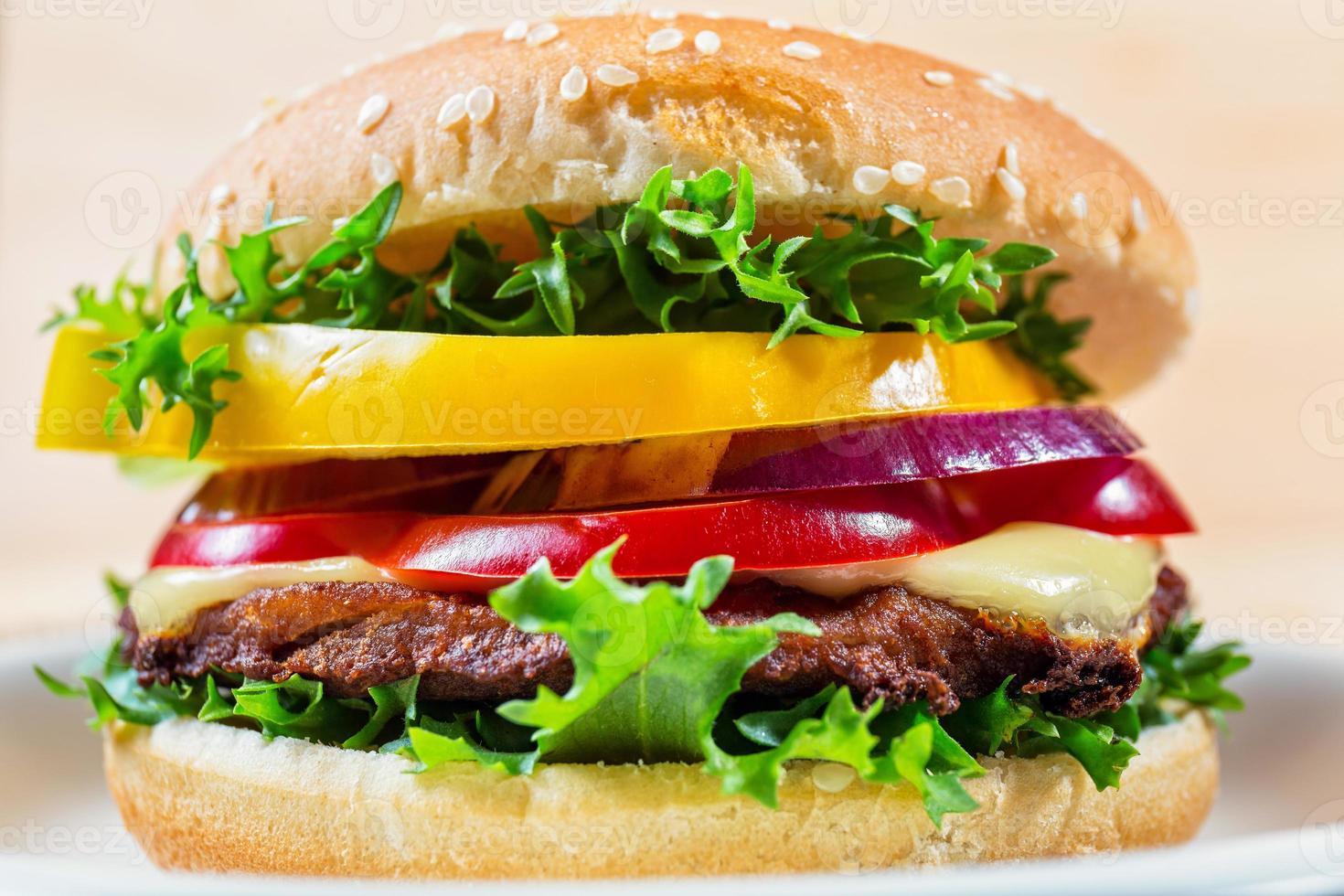 close-up de hambúrguer na chapa branca foto