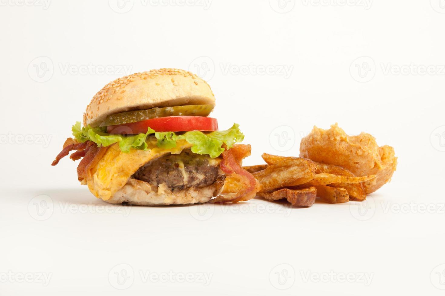 hambúrguer e batatas fritas no fundo branco foto