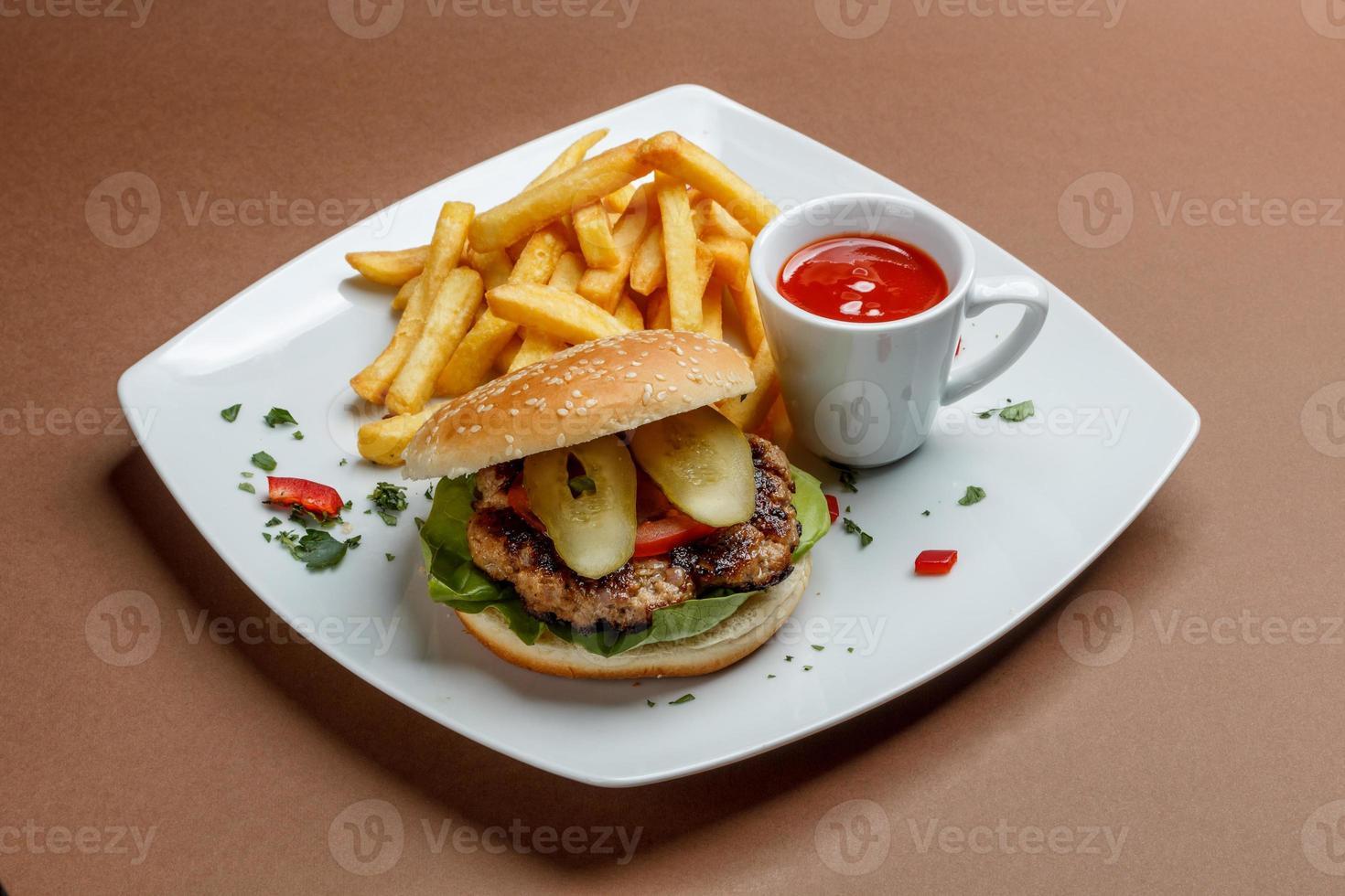 hambúrguer e batatas fritas foto