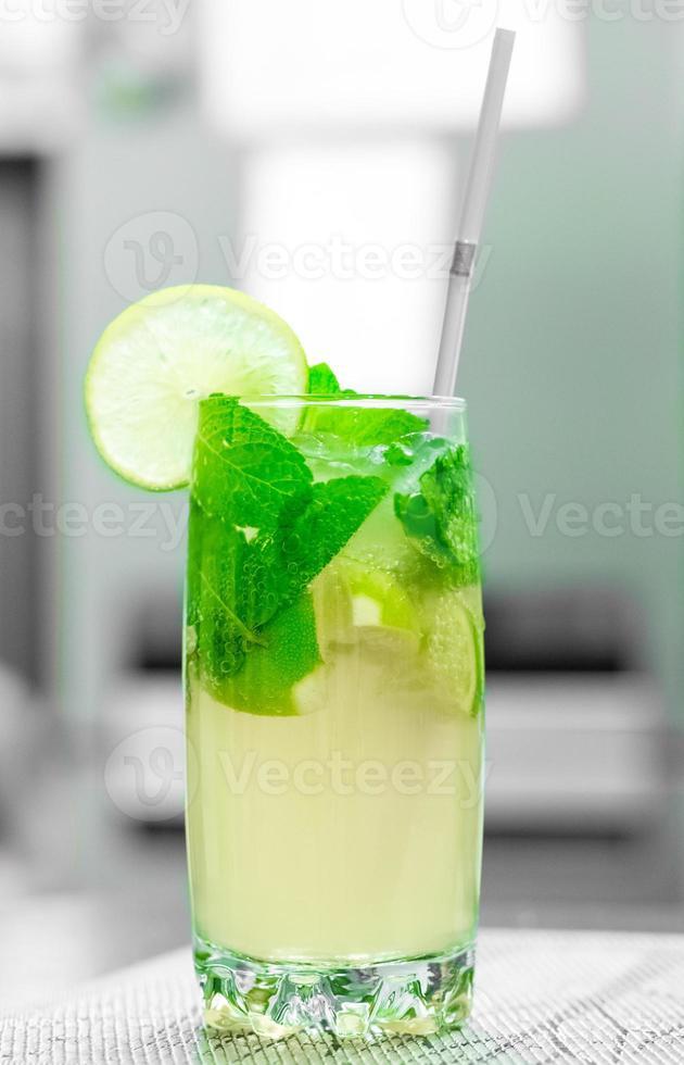 cocktails com limão e hortelã foto