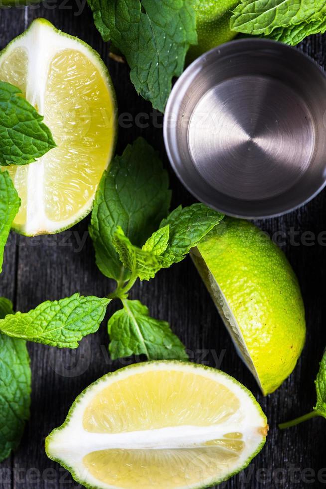 limão fresco e gelo com hortelã foto