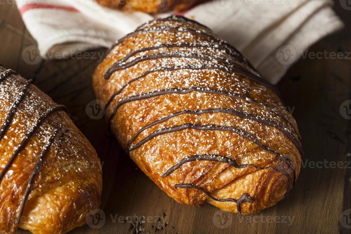 pastelaria caseira de croissant de chocolate foto