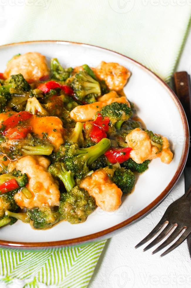 peitos de frango em molho de soja e legumes salteados foto