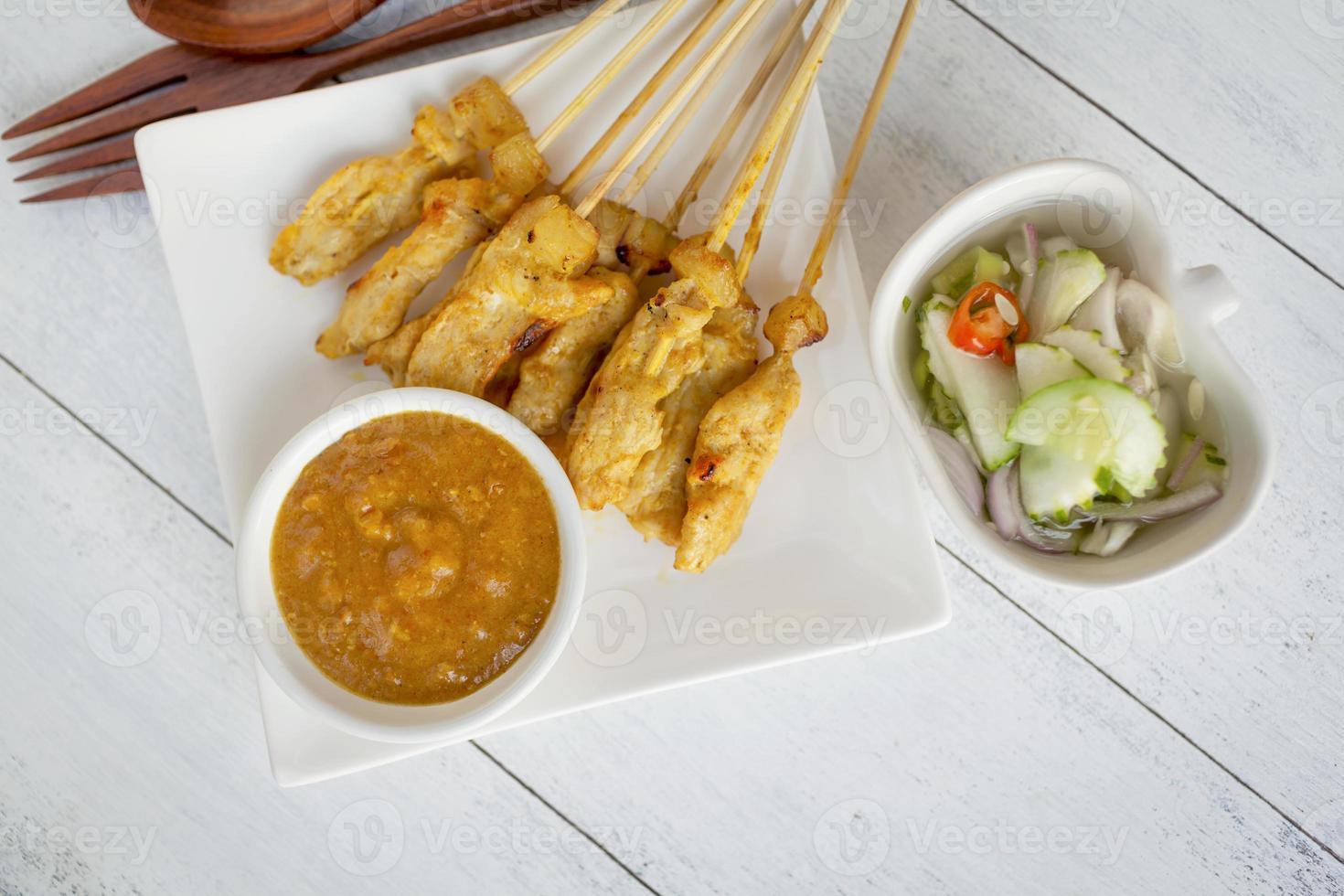 espetadas de porco estilo tailandês com molho de amendoim foto