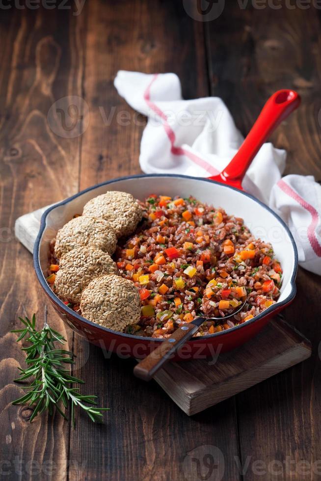 arroz vermelho com legumes foto