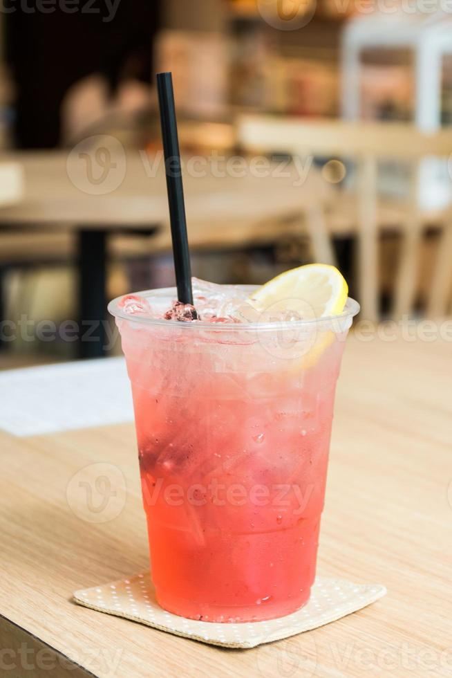 refrigerante italiano strawbery frio em um copo com cubos de gelo foto
