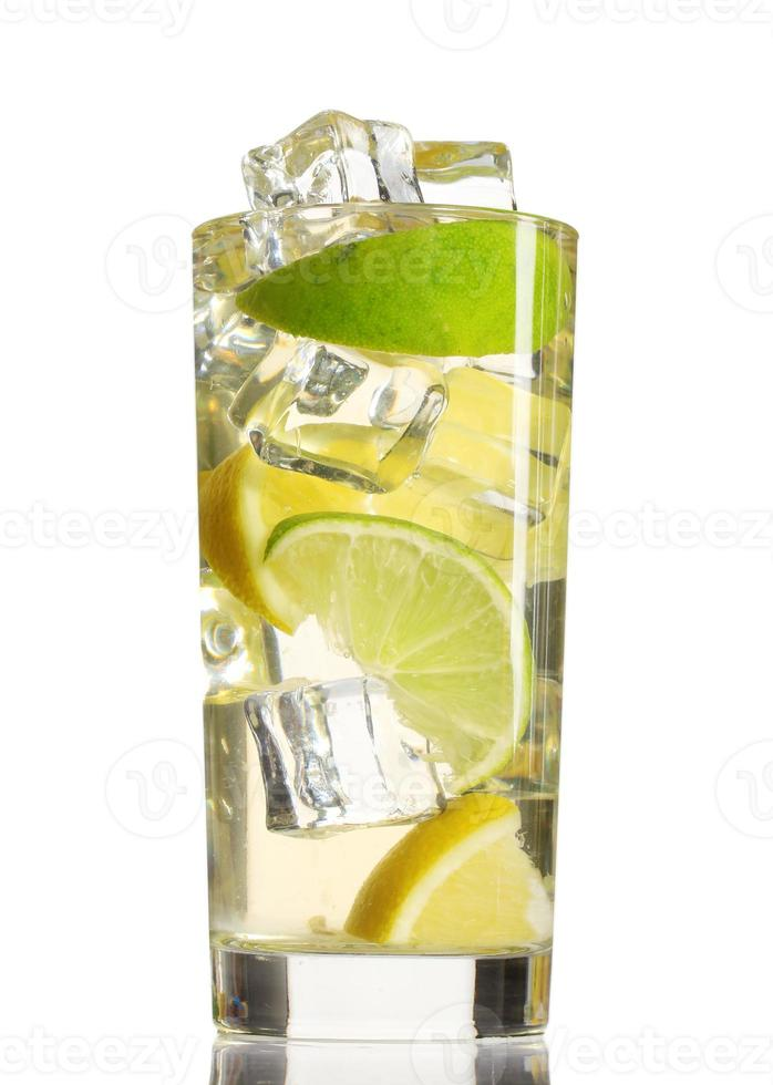 limonada fresca e fria isolada no branco foto
