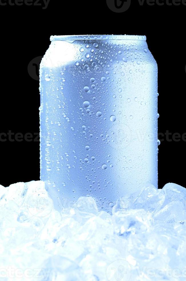 lata de alumínio no gelo com tons frios foto