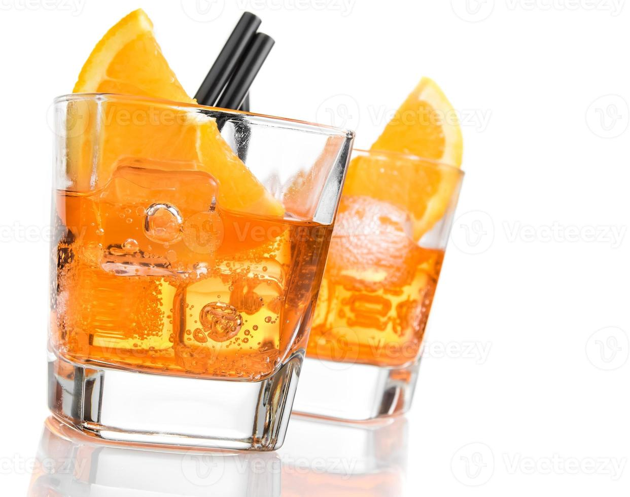 detalhe de copos de spritz aperitivo aperol cocktail foto
