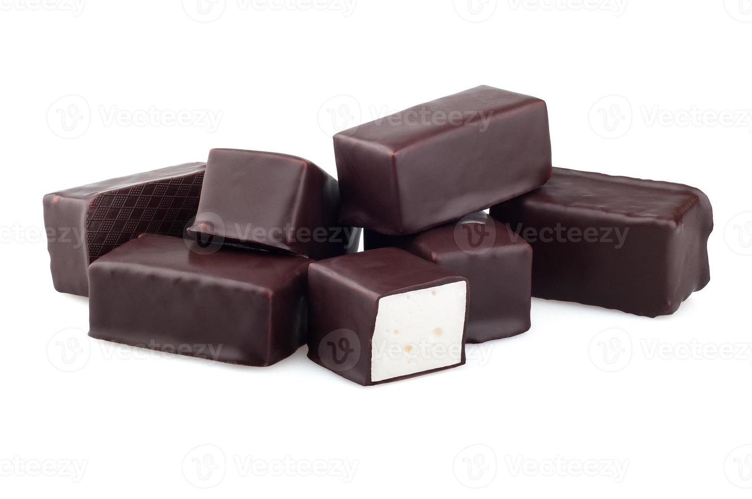 doces de chocolate em um fundo branco foto