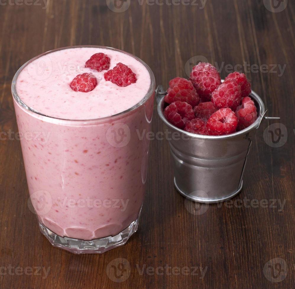 coquetel de framboesas congeladas com iogurte. foto