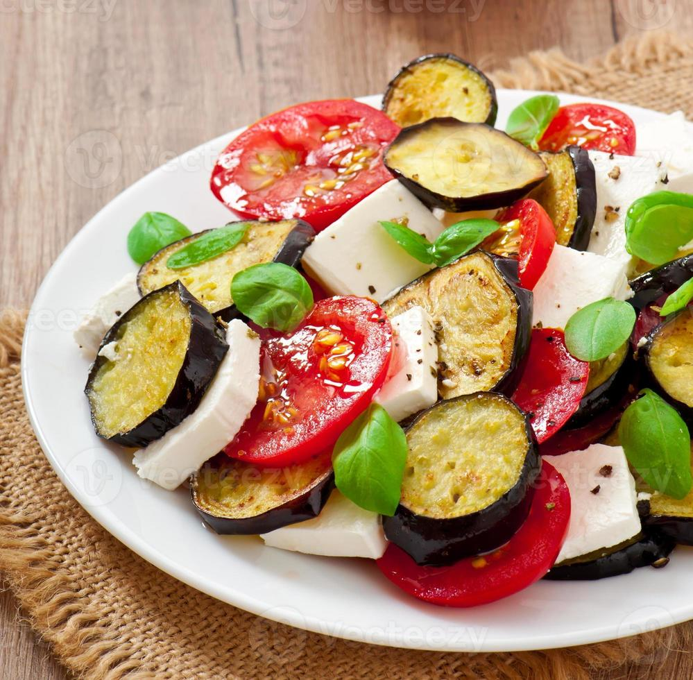 salada de berinjela com tomate e queijo feta foto
