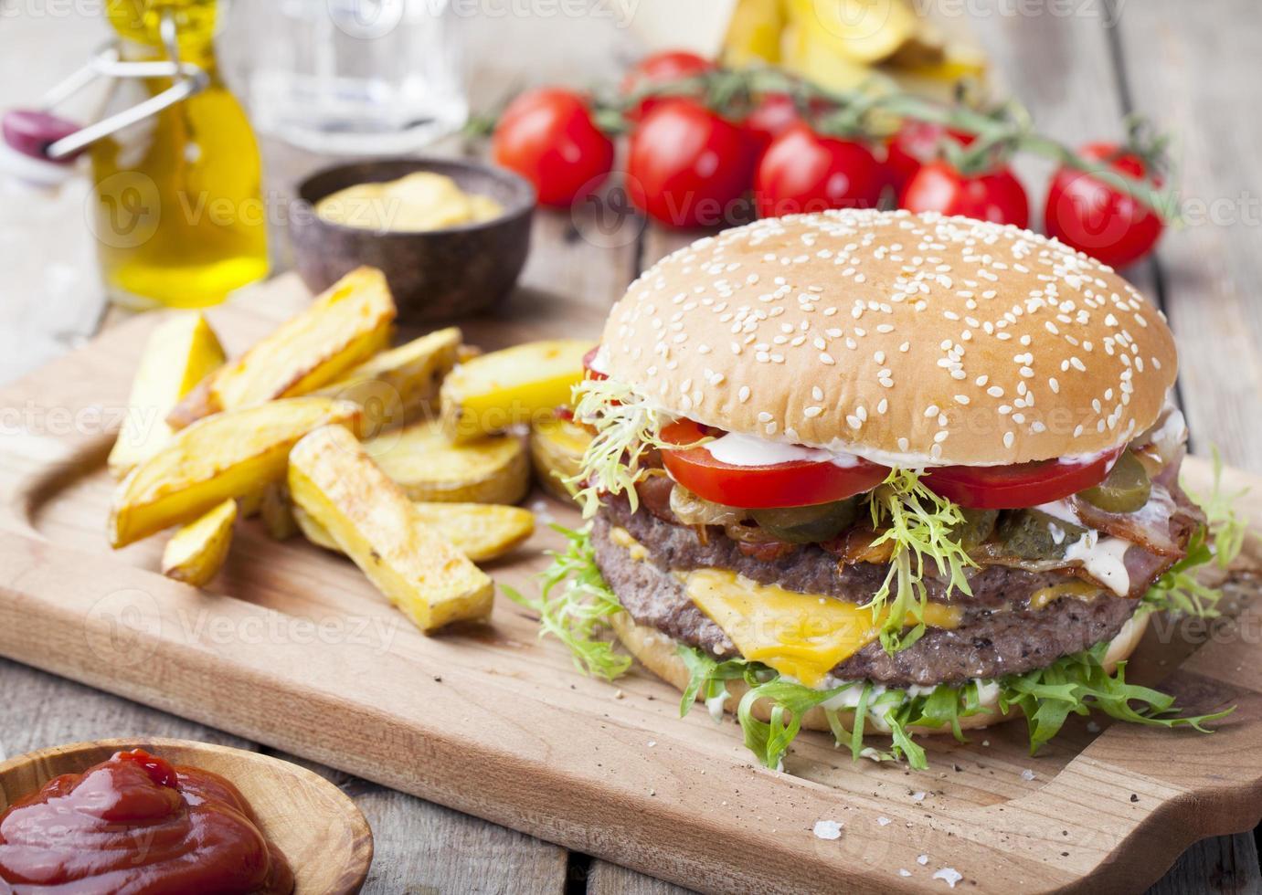 hambúrguer, hambúrguer com batatas fritas, ketchup, mostarda e legumes frescos foto