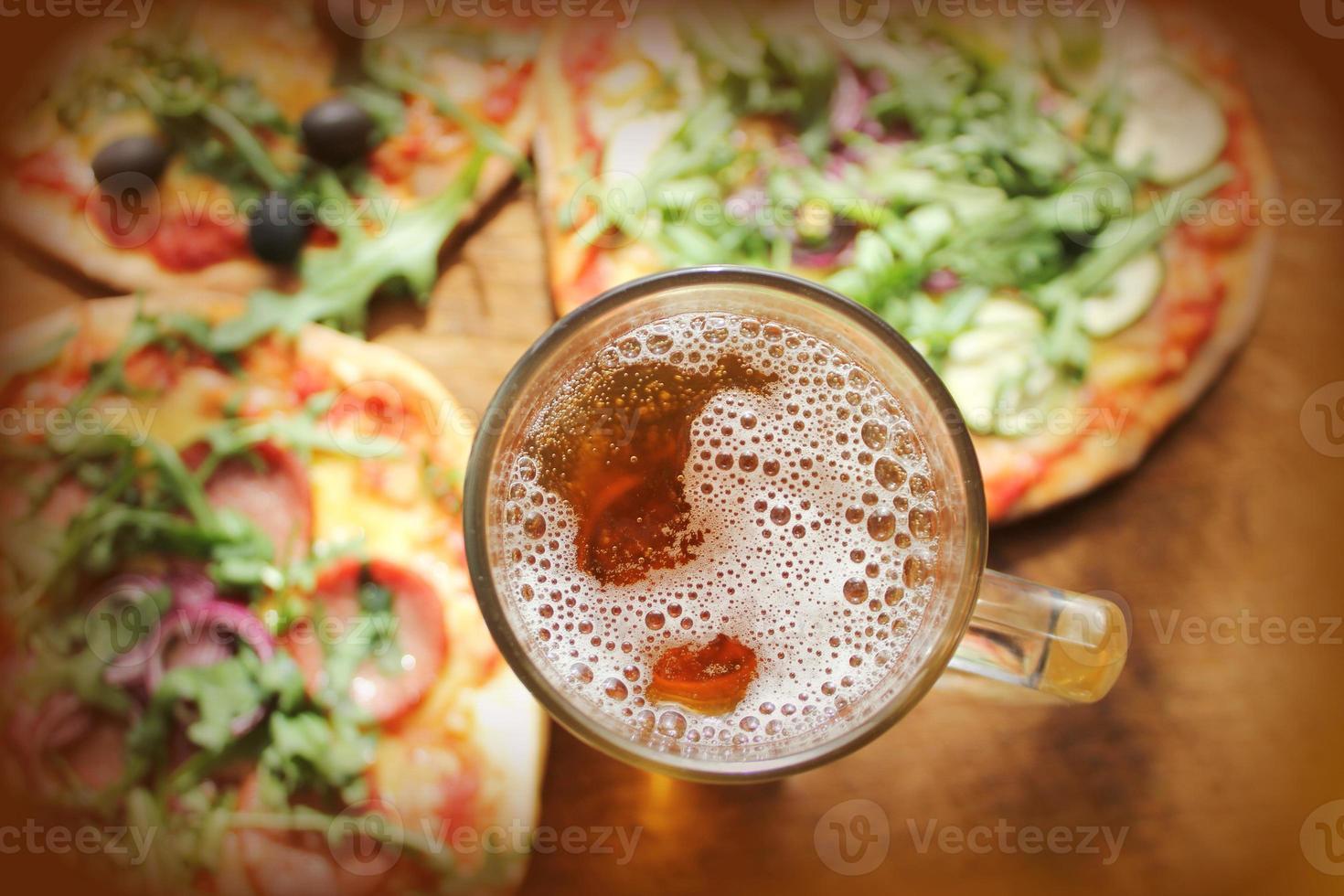 pizza com copo de cerveja foto