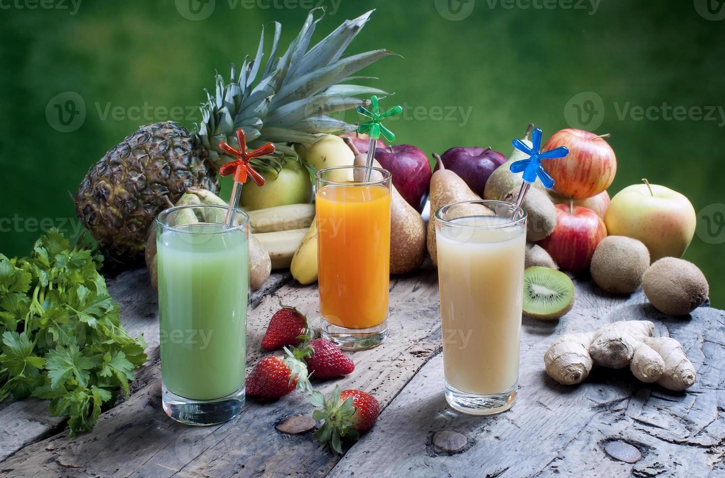 sucos de frutas mistas foto