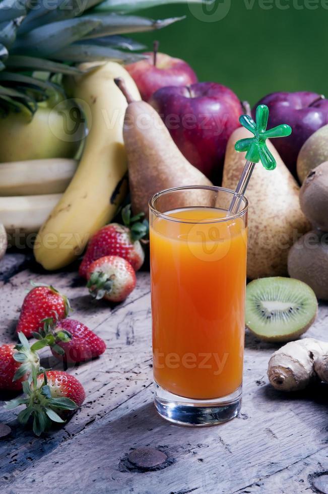 misture sucos de frutas em um copo foto