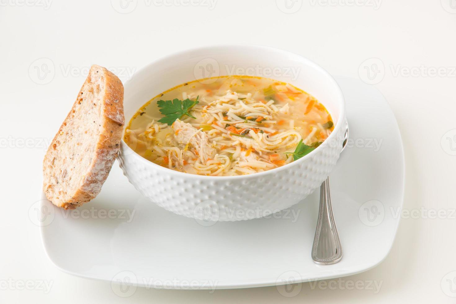 sopa de macarrão de galinha foto
