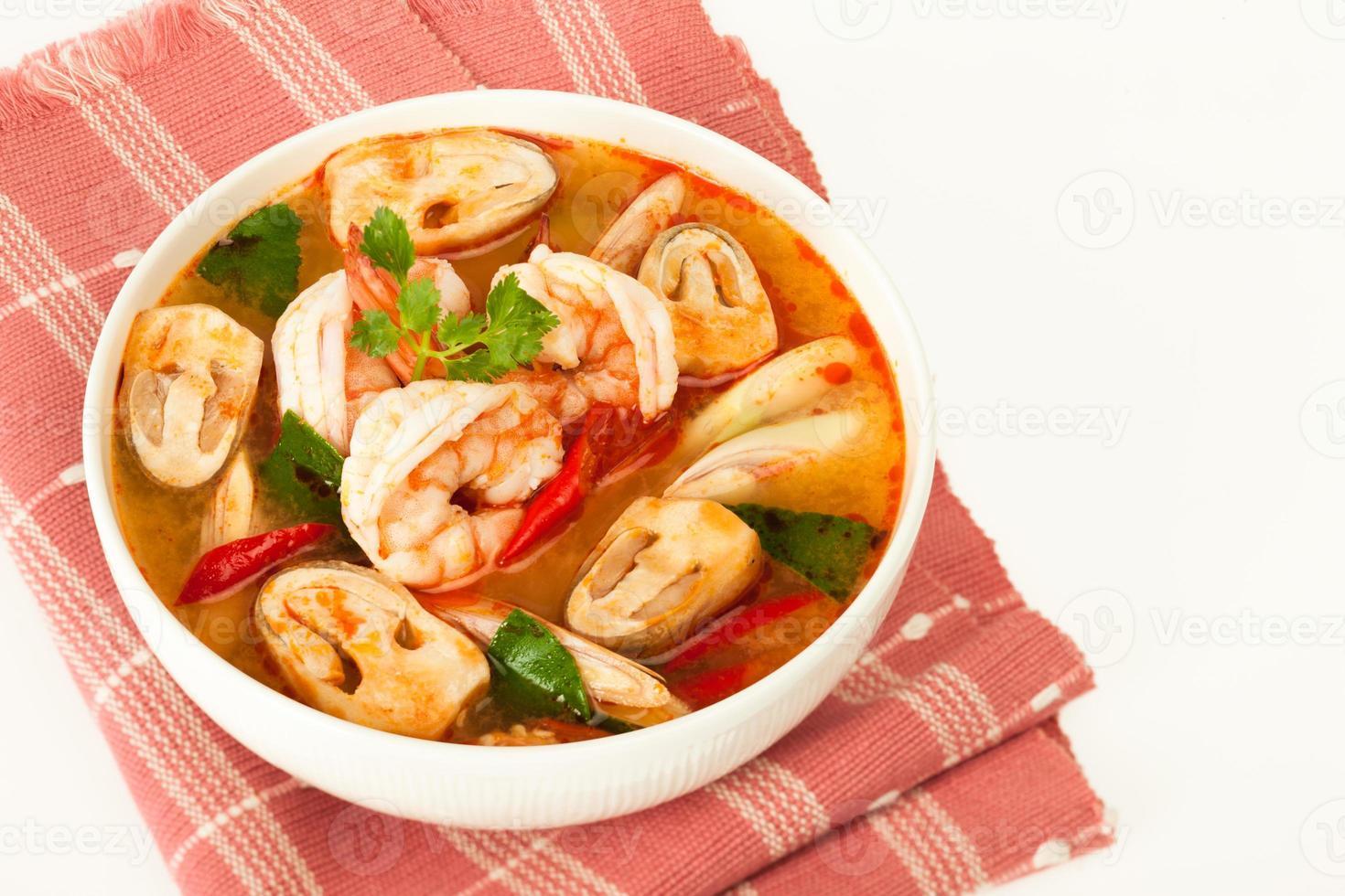 sopa tailandesa de frutos do mar foto