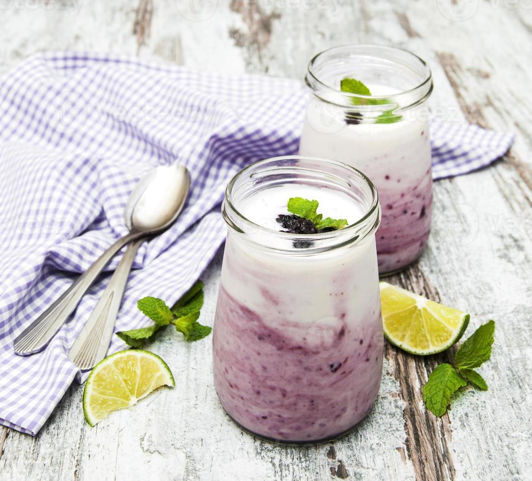 iogurte de frutas frescas com amoras foto