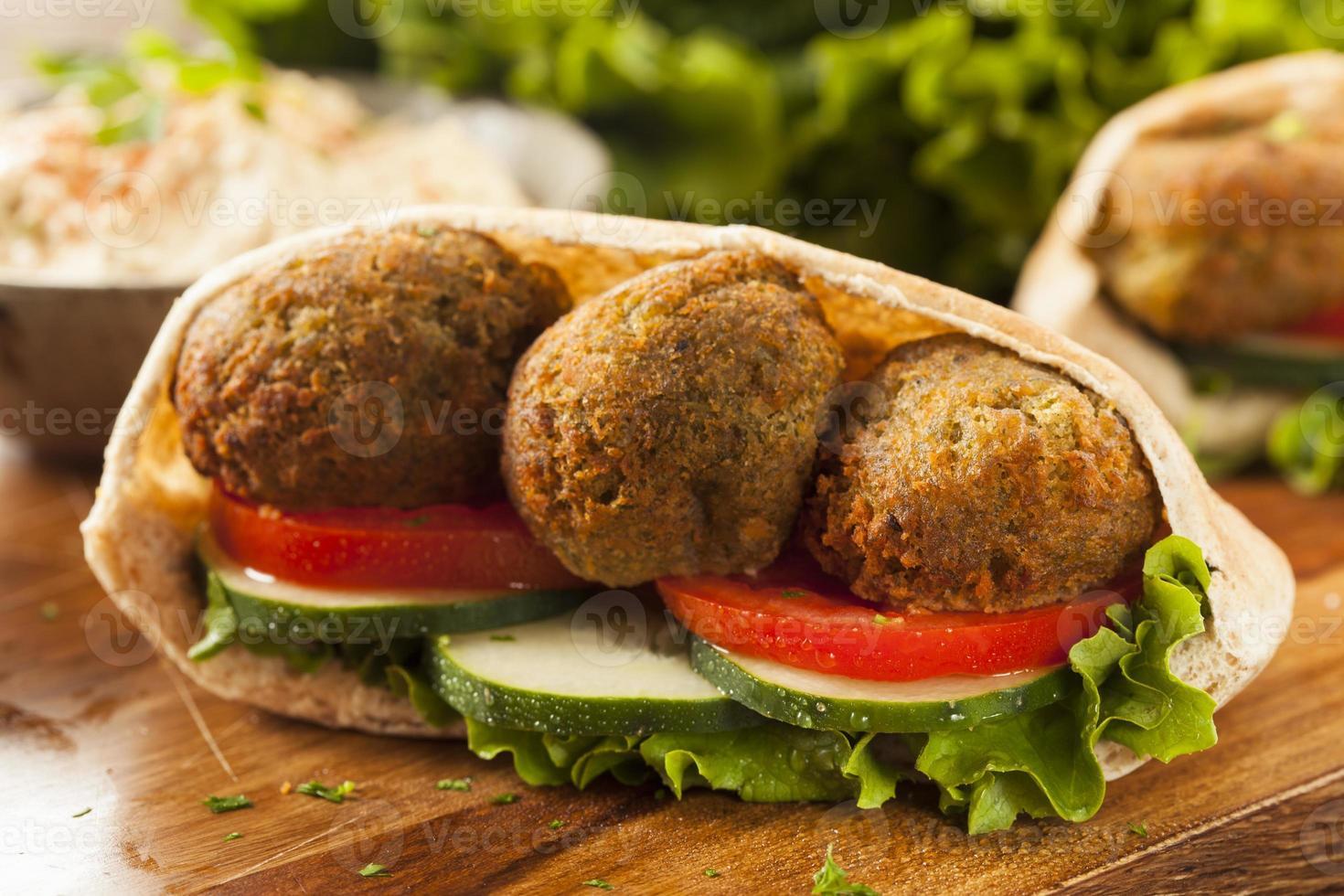 falafel orgânico em um bolso pita foto