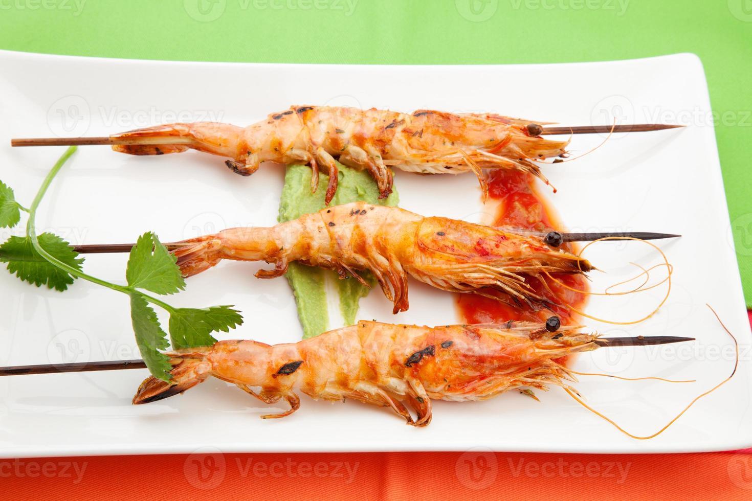 salsa picante camarão inteiro grelhado foto