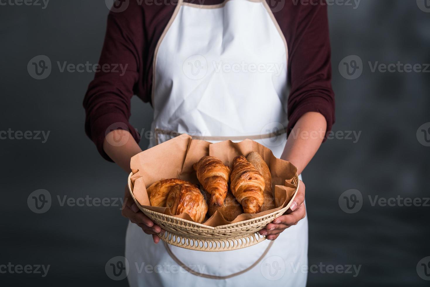 cesta com bolos frescos foto