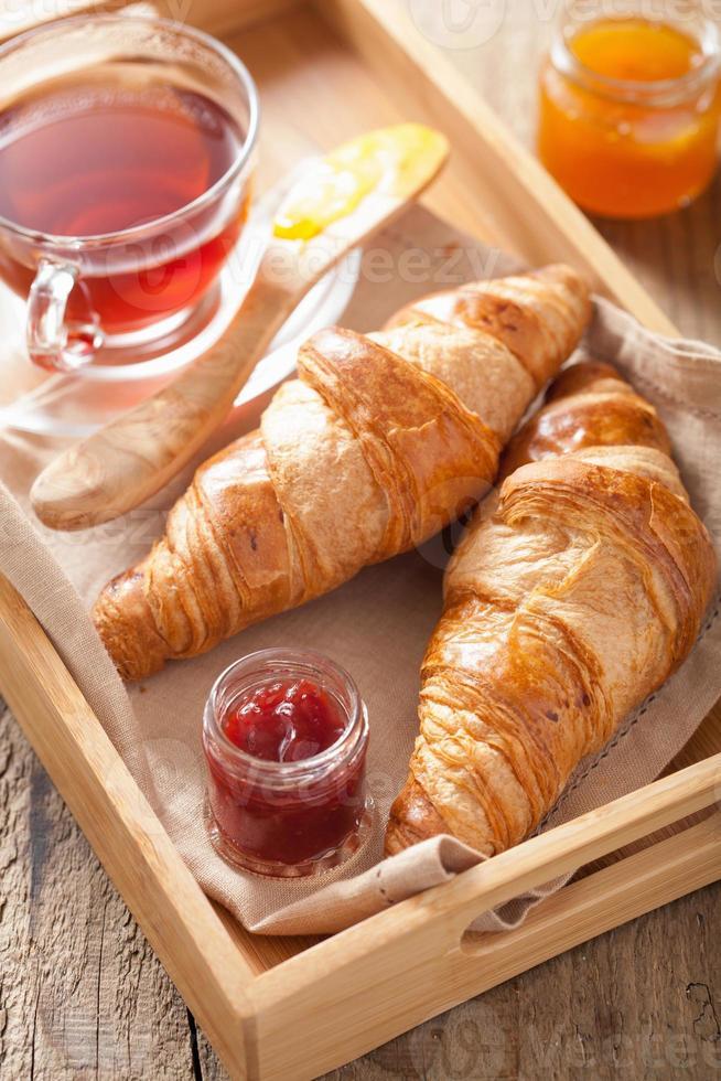croissants frescos com geléia no café da manhã foto