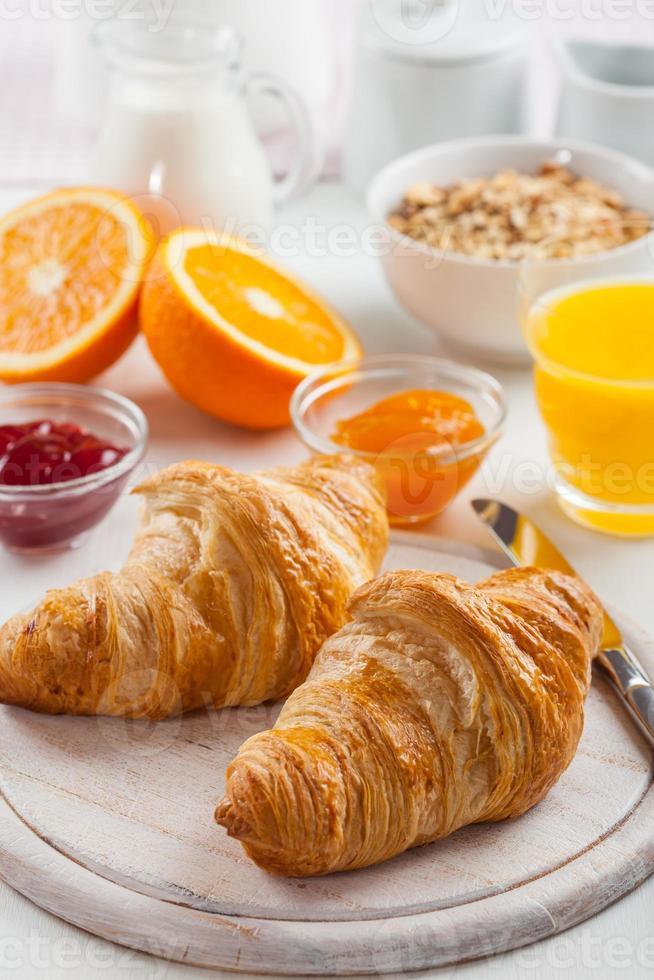 café da manhã com deliciosos croissants franceses foto