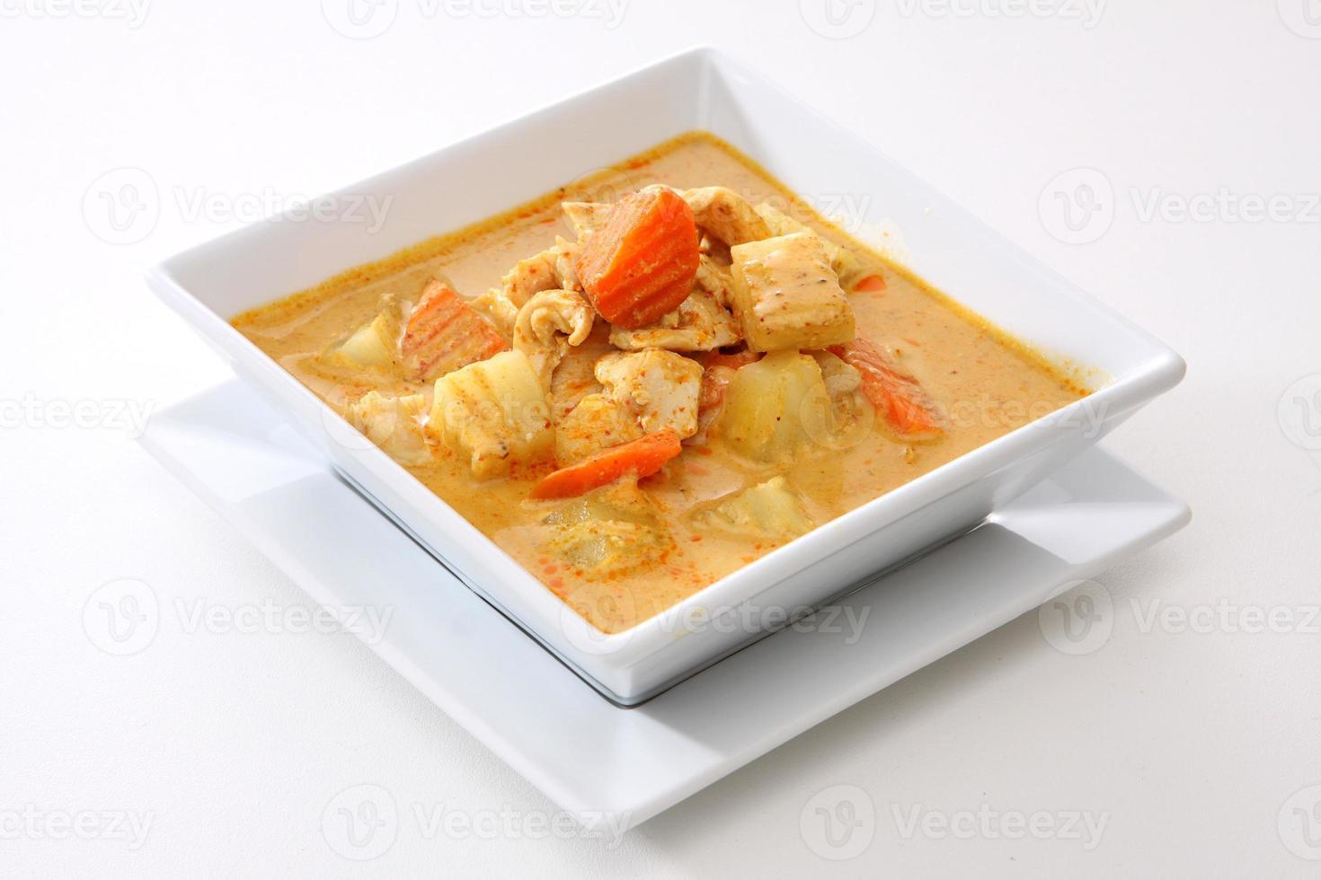 tigela quadrada branca com curry de frango foto