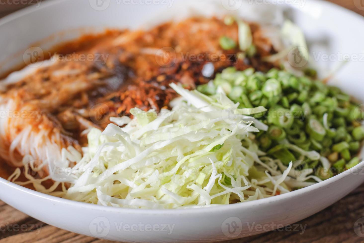 aletria de arroz tailandês servido com curry foto