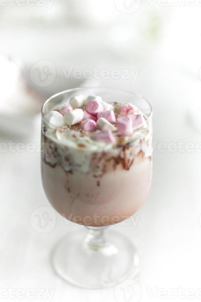 batido de chocolate com mini marshmellows foto