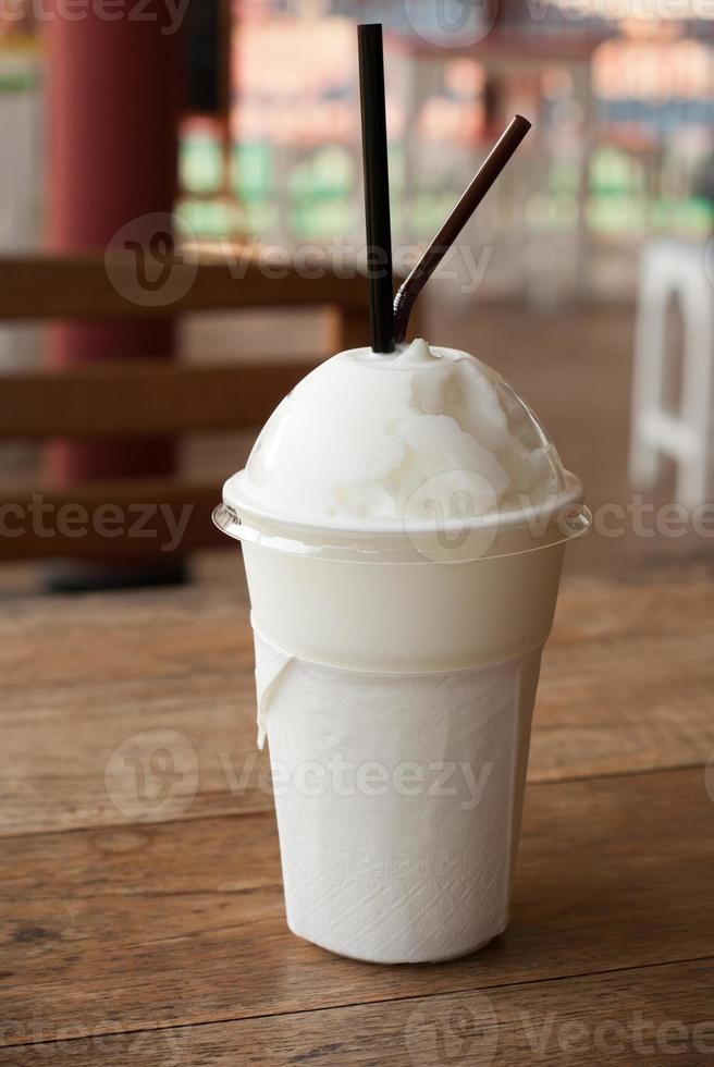 milk-shake em uma mesa foto